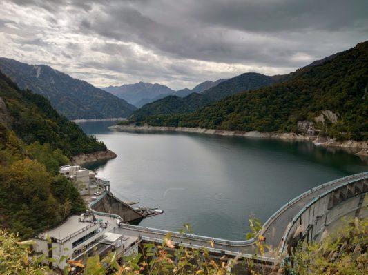 黒部ダムは高さも水量も圧巻!黒部ダムへのアクセスと黒歴史